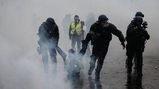 Un manifestant interpellé dans une rue de Paris, le 1er décembre 2018. (ABDULMONAM EASSA / AFP)
