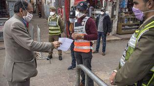Un contrôle d'autorisation de sortie à Casablanca, au Maroc, le 8 avril 2020. Le pays applique un confinement strict et le port obligatoire d'un masque au dehors. (FADEL SENNA / AFP)