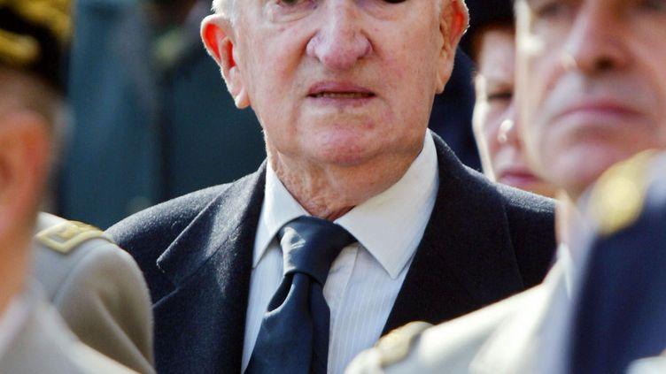 Le général Paul Aussaresses, ancien chef des services de renseignements à Alger, le 30 octobre 2002 à la chapelle de l'école militaire à Paris, lors de l'hommage au général Jacques Massu. (MARTIN BUREAU / AFP)