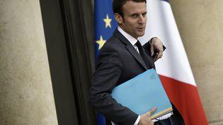 Le ministre de l'Economie, Emmanuel Macron, quitte le palais de l'Elysée à Paris, après le Conseil des ministres, le 5 novembre 2015. (LIONEL BONAVENTURE / AFP)