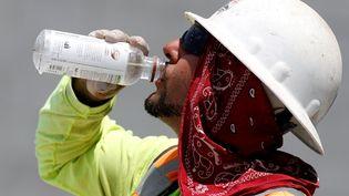 Un travailleur s'hydrate à Phoenix (Etats-Unis), le 20 juin 2017. (RALPH FRESO / GETTY IMAGES NORTH AMERICA)