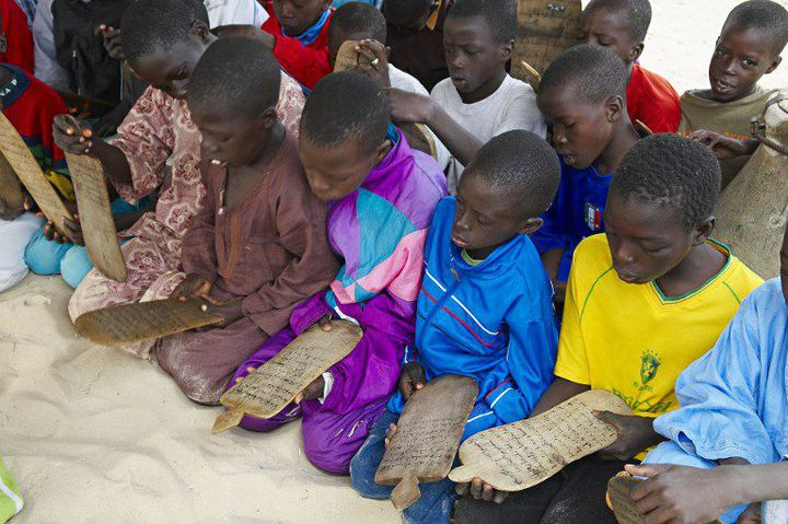 Des enfants tatibés dans une école coranique à Saint Louis au Sénégal. Ils sont censés apprendre le coran, mais des milliers d'entre eux se retrouvent dans la rue, forcés par leurs maîtres à faire la mendicité (Photo AFP/Morandi Bruno)