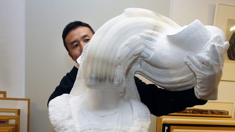 Buste mouvant en papier de l'artiste chinois Li Hongbo exposé au musée du papier d'Angoulême.  (PHOTOPQR/SUD OUEST/MAXPPP)