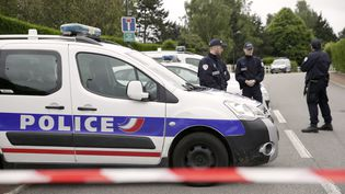 Des officierssécurisent la zone où un terroriste a assassiné deux policiers, mardi 14 juin 2016 à Magnanville (Yvelines). (THOMAS SAMSON / AFP)