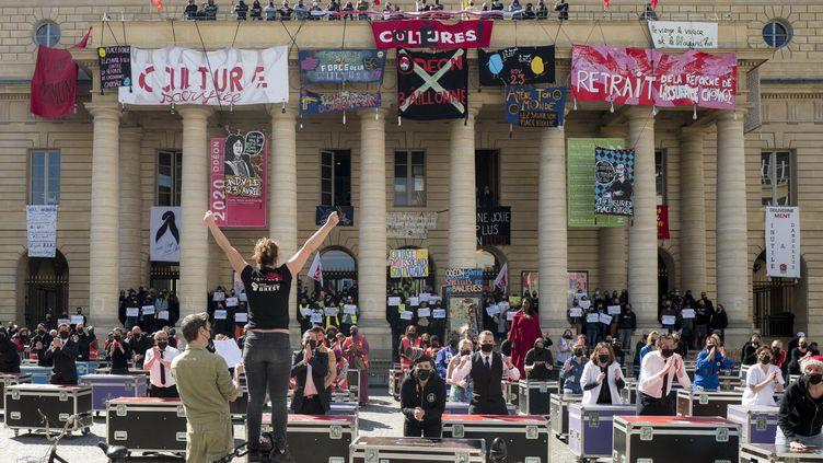 Flashmob d'intermittents du spectaclele 23 avril 2021 à Paris, devant le Théâtre de l'Odéon (NICOLAS PORTNOI / HANS LUCAS / AFP)