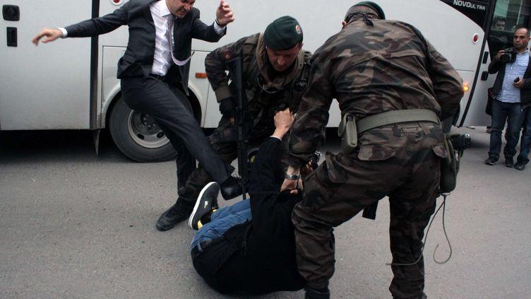 Yusuf Yerkel, conseiller du Premier ministre turc, donne un coup de pied à un manifestant à Soma (Turquie), le 14 mai 2014. ( AP / SIPA )