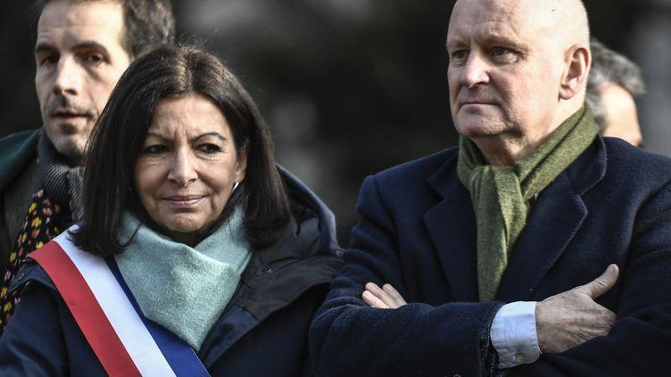 La maire de Paris Anne Hidalgo (à gauche) et Christophe Girard (à droite), le 23 janvier 2020 à Paris. (STEPHANE DE SAKUTIN / AFP)