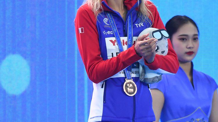Fantine Lesaffre sur le podium des Mondiaux 2018 en petit bassin (STEPHANE KEMPINAIRE / STEPHANE KEMPINAIRE)