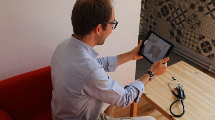 Test d'une téléconsultation avec l'application de télémédecine de TokTokDoc, le 28 août 2018 à Strasbourg. (BENOIT ZAGDOUN / FRANCEINFO)