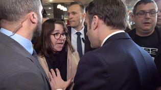 """Emmanuel Macron a été vivement interpellé par une """"gilet jaune"""" au salon de l'Agriculture à Paris, le 22 février 2020. (FRANCEINFO)"""