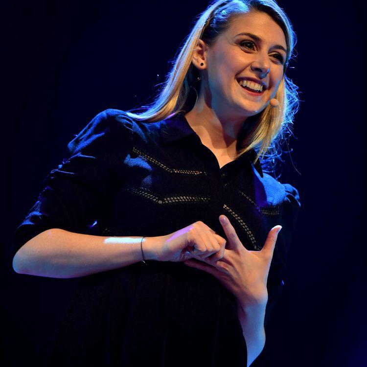 L'humoriste Laura Laune sur scène à Sens (Yonnes), le 24 mars 2018. (MAXPPP)