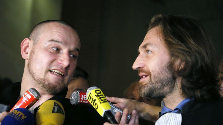 Marc Machin et son avocat,maître Louis Balling, à l'issue du procès en révision, au palais de justice de Paris le 20 décembre 2012. (PIERRE VERDY / AFP)