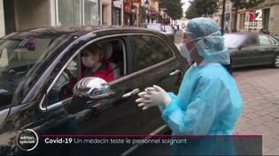 Une médecin pratique un test de dépistage du coronavirus via un drive médical, en mars 2020 à Neuilly-sur-Seine (Hauts-de-Seine). (FRANCE 2)