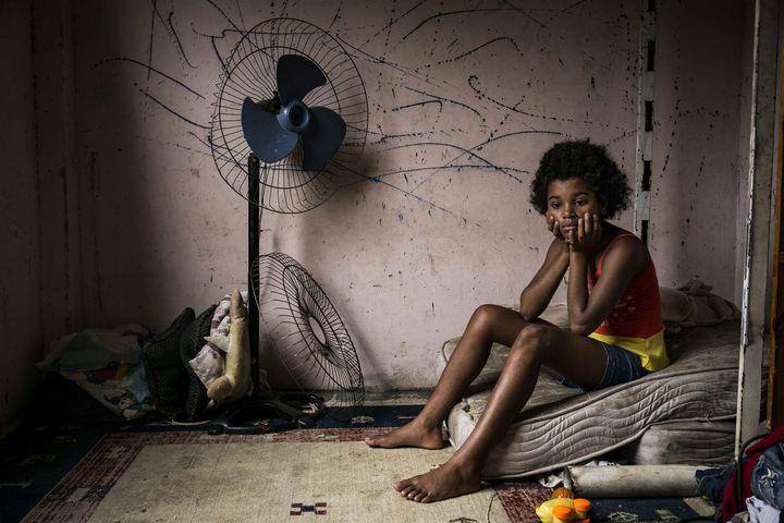 """Photo de Peter Bauza : """"Copacabana Palace, Brésil"""".Maria Eduarda dans la chambre qu'elle partage avec quatre frères et sœurs.  (Peter Bauza / Echo Photojournalism)"""