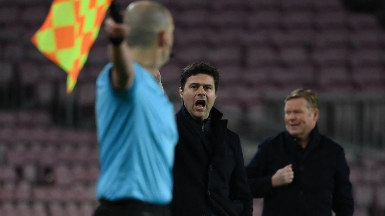 Le coach du PSG, Mauricio Pochettino, ici contre le Barça, à l'occasion du huitième de finale aller de Ligue des champions, le mardi 16 février 2021. (LLUIS GENE / AFP)