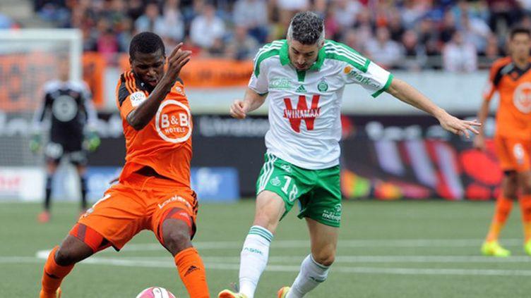 Diallo (Lorient) tente de stopper Lemoine (Saint-Etienne) (FRED TANNEAU / AFP)