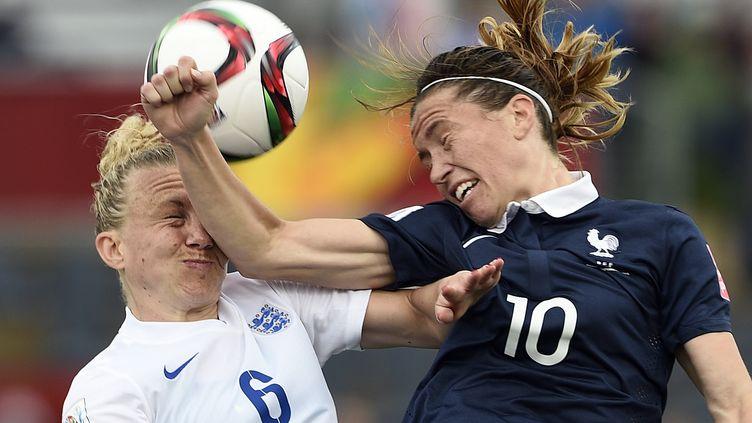 L'attaquante de l'équipe de France Camille Abily donne (involontairement) un coup de coude à la défenseuse anglaise Laura Bassett, lors du match France-Angleterre du Mondial 2015, à Moncton (Canada). (FRANCK FIFE / AFP)