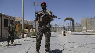 Un soldat afghan devant la base aérienne de Bagram près de Kaboul, le 2 juillet 2021 en Afghanistan. (ZAKERIA HASHIMI / AFP)