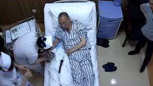 Extrait d'une vidéo publiée le le 28 juin 2017 montrant le prix Nobel de la paix et activisteLiu Xiaobo, sur un lit d'hôpital. (EYEPRESS NEWS)