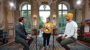 Capture écran Youtube de la vidéo de McFly & Carlito avec Emmanuel Macron, le 23 mai 2021. (MCFLY & CARLITO)