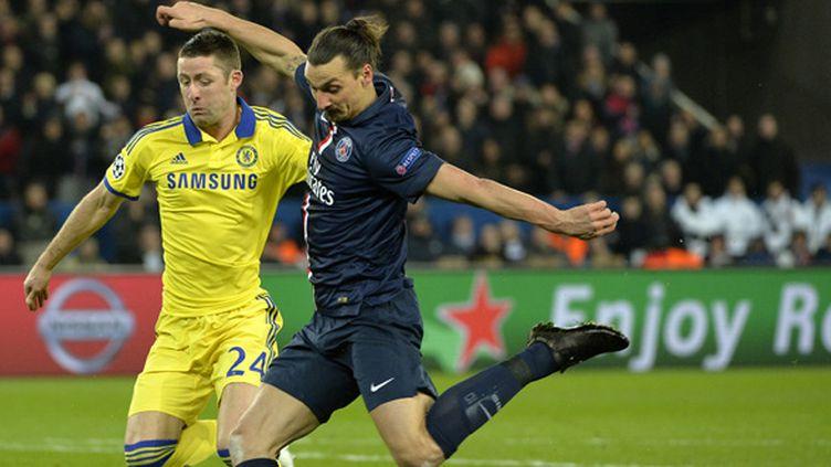 Zlatan Ibrahimovic (PSG) à la lutte avec Gary Cahill (Chelsea) (MIGUEL MEDINA / AFP)