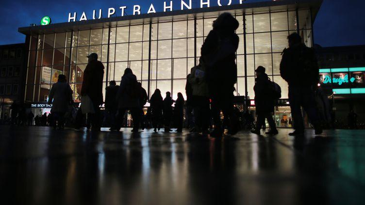 Des passants devant la gare centrale de Cologne (Allemagne) le 5 janvier 2016. (OLIVER BERG / DPA / AFP)