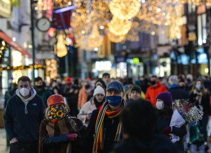 Des personnes portent le masque à Dublin, en Irlande, le 23 décembre 2020. (ARTUR WIDAK / NURPHOTO / AFP)
