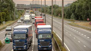 """Deux convois de camions convergent vers Calais, lundi 5 septembre, pour exigerle démantèlement de la """"jungle"""". (PHILIPPE HUGUEN / AFP)"""