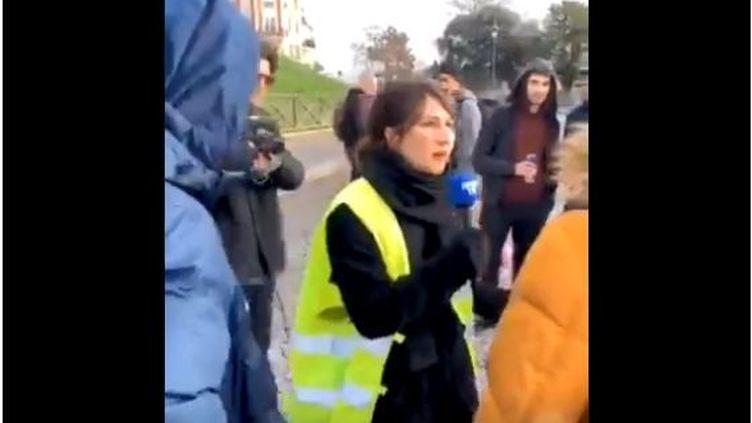 """Capture d'écran de la vidéo de la youtubeuse """"Marie s'infiltre"""" avec un micro de BFMTV, le 22 décembre 2018, à Paris. (TWITTER THEO COURANT)"""