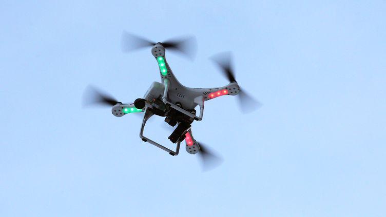 Un drone équipé d'une caméra survole Garmisch-Partenkirchen (Allemagne), le 6 janvier 2015. (KARL-JOSEF HILDENBRAND / DPA / AFP)
