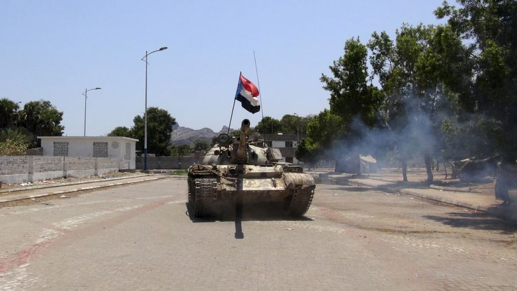 Un char de l'armée dans les rues d'Aden (Yémen), le 27 mars 2015. (  REUTERS)
