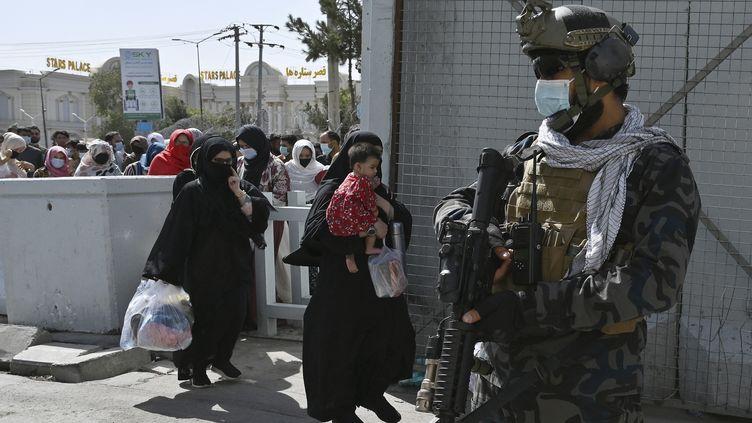 Emmanuel Macron plaide pour la création d'une zone protégée autour de l'aéroport de Kaboul, négociée avec les talibans, pour prolonger les opérations d'évacuation d'Afghans au-delà du 31 août. (WAKIL KOHSAR / AFP)