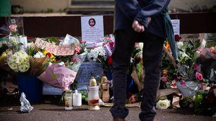 Un passant rend hommage à Chahinez Boutaa, tuée par son conjoint à Mérignac (Gironde), le 7 mai 2021. (STEPHANE DUPRAT / HANS LUCAS / AFP)