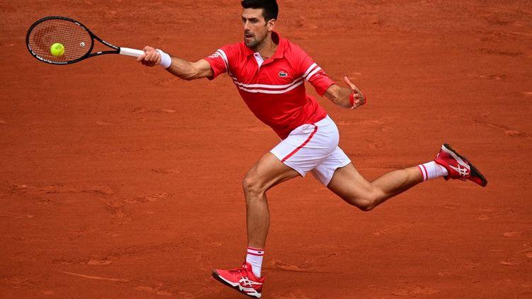 Novak Djokovic s'est imposé en trois sets au troisième tour de Roland-Garros le 5 juin 2021, face au Lituanien Ricardas Berankis. (MARTIN BUREAU / AFP)