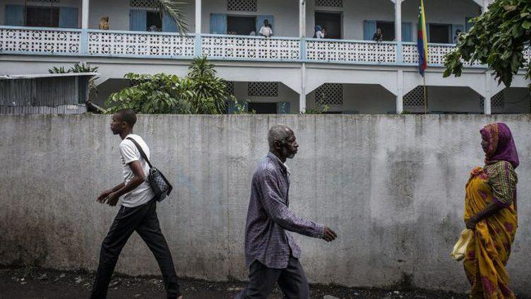 Des passants dans une rue de Moroni, la capitale des Comores, le 23 février 2015. (AFP PHOTO/MARCO LONGARI)
