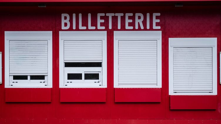 Une billetterie parisienne fermée en raison du Covid-19. Les annulations s'enchaînent et les demandes de remboursement de billets se multiplient. (HUGO PASSARELLO LUNA / HANS LUCAS / HANS LUCAS VIA AFP)