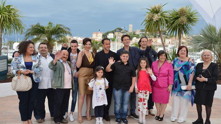 """Séance photo sur la Croisette à Cannes vendredi 18 mai 2012 pour les acteurs de """"Reality"""" réunis autour de son réalisateur, l'Italien Matteo Garrone. (ALBERTO PIZZOLI / AFP)"""