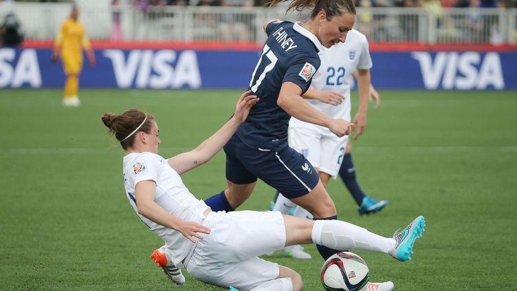 L'AnglaiseJade Moore à la lutte avec la FrançaiseGaëtane Thiney, lors du match en poules à la Coupe du monde de foot féminin, le 9 juin 2015. (USA TODAY SPORTS / REUTERS)