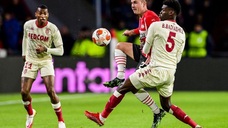 Le milieu de terrain allemand du PSVMario Gotze face au défenseur monégasqueBenoit Badiashile, lors du match à Eindhoven en Ligue Europa le 21 octobre 2021. (OLAF KRAAK / ANP / AFP)