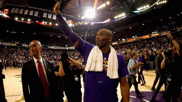 La star des Los Angeles Lakers, Kobe Bryant, ici en train de saluer le public des Kings de Sacremento, vit sa dernière saison de sa carrière sur les parquets NBA. (EZRA SHAW / GETTY IMAGES NORTH AMERICA)