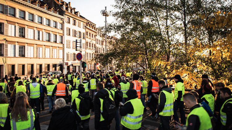 """Les """"gilets jaunes"""" manifestent à Strasbourg (Bas-Rhin), le 17 novembre 2018. (CHRISTOPH DE BARRY / HANS LUCAS)"""