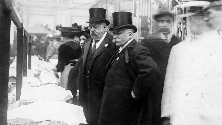 Le chef du Carlton, Auguste Escoffier (à droite) à Londres en 1899, visitant une exposition culinaire à Westminster. (GAMMA-KEYSTONE VIA GETTY IMAGES)