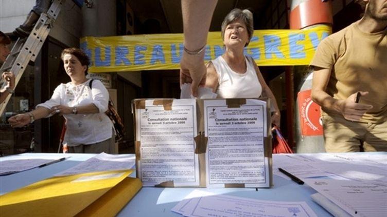 Votation citoyenne sur le changement de statut de la Poste, devant un bureau en grève à Marseille (30 septembre) (© AFP / Anne-Christine Poujoulat)
