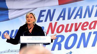 Marine Le Pen s'exprime lors de la rentrée du FN, le 9 septembre 2017, à Brachay (Haute-Marne). (FRANCOIS NASCIMBENI / AFP)