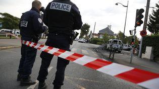 Des policiers témoignent aprèsl'agression de quatre agents le samedi 8 octobreà Viry-Châtillon, dansEssonne.  (ARNAUD JOURNOIS / MAXPPP)