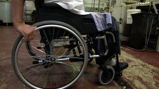 Un handicapé en chaise roulante dans une entreprise. (MYCHELE DANIAU / AFP)