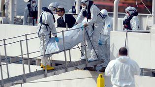 Le corps d'un migrant rapatrié à Malte, le 20 avril 2015, après le naufrage d'un bateau la veille. (MATTHEW MIRABELLI / AFP)