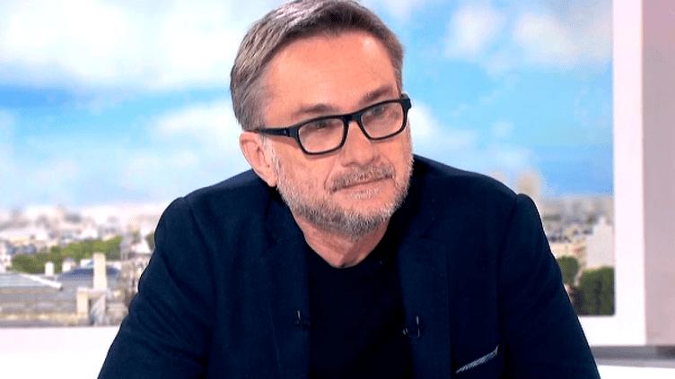 """L'écrivain Marc Dugain sur le plateau de France 2 pour présenter """"Ultime partie""""  (France2/Culturebox)"""