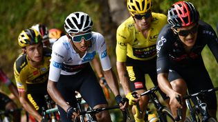 Le Colombien Egan Bernal, à la lutte avec le Slovène Primoz Roglic, le 11 septembre 2020 au Lioran (Cantal), durant le Tour de France. (MARCO BERTORELLO / AFP)