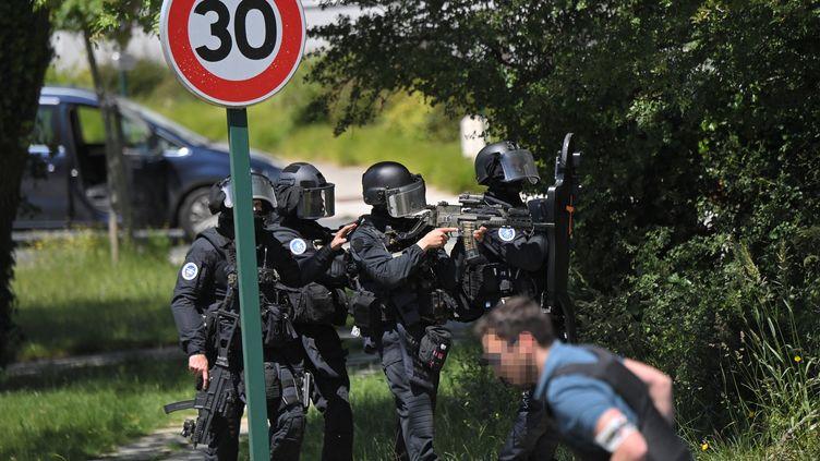 Des membres du GIGN àLa Chapelle-sur-Erdre (Loire-Atlantique), après l'agression au couteau contre une policière municipale, le 28 mai 2021. (LOIC VENANCE / AFP)